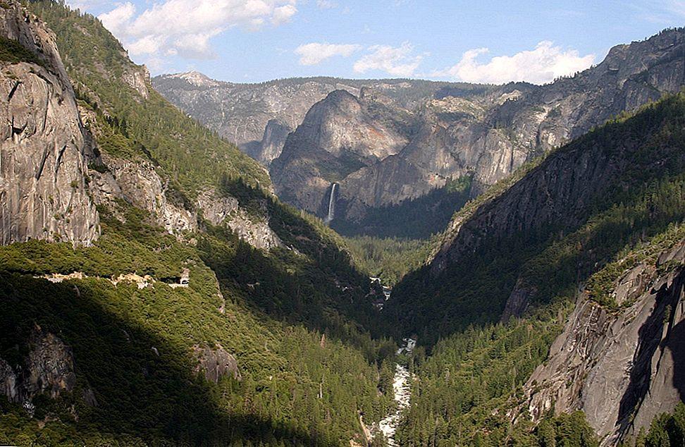 เดินป่าผ่านประเทศด้านหลังของ Yosemite