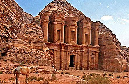 畏敬の念を抱く古代遺跡