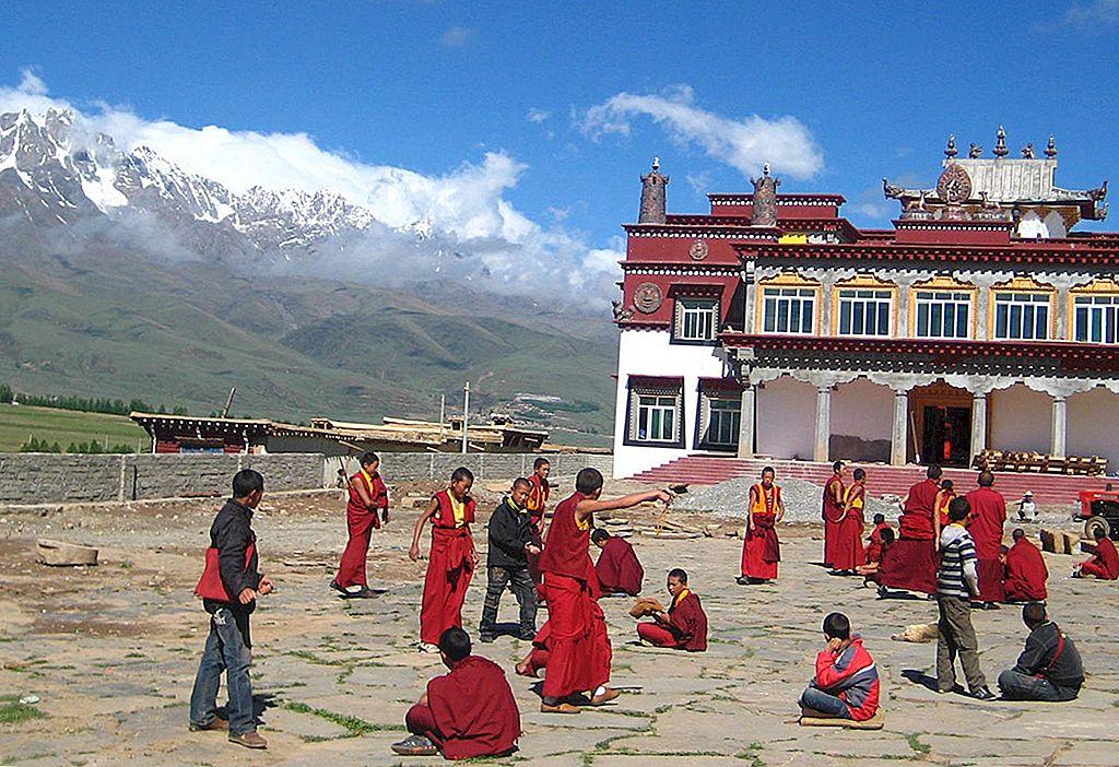 チベット四川省の修道僧と二段ベッド